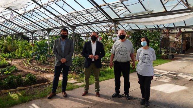 El conseller de Medio Ambiente y Territorio, Miquel Mir, y el director general de Residuos y Educación Ambiental, Sebastià Sansó, durante una visita a la planta de compostaje Circle Carbon.