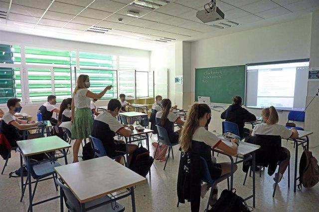 Alumnos atienden durante una clase semipresencial de Matemáticas impartida por la jefa de Estudios, Celeste Molinero a alumnos de 4º de la ESO en el Colegio Ábaco, en Madrid (España), a 17 de septiembre de 2020.
