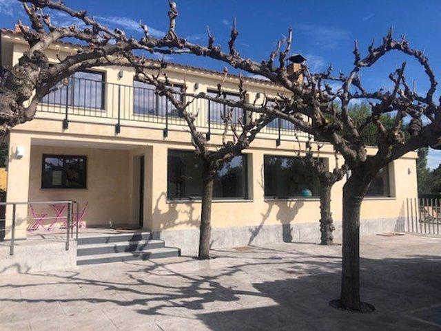 Pla general de l'exterior de la casa rural de Reus habilitada per Afers Socials per persones amb discapacitat. Foto de l'11 de novembre del 2020 (Horitzontal).
