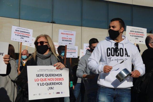Pla tancat de dos treballadors de l'oci nocturn manifestant-se davant la delegació provincial del SEPE a Barcelona. Imatge de l'11 de novembre de 2020. (Horitzontal)