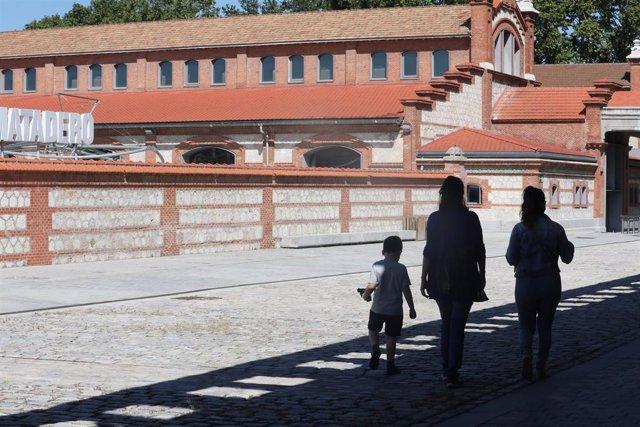 Una familia pasea por Matadero Madrid.