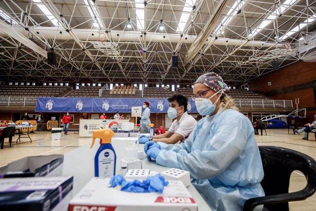 Profesionales sanitarios en el polideportivo municipal El Torreón en Pozuelo de Alarcón