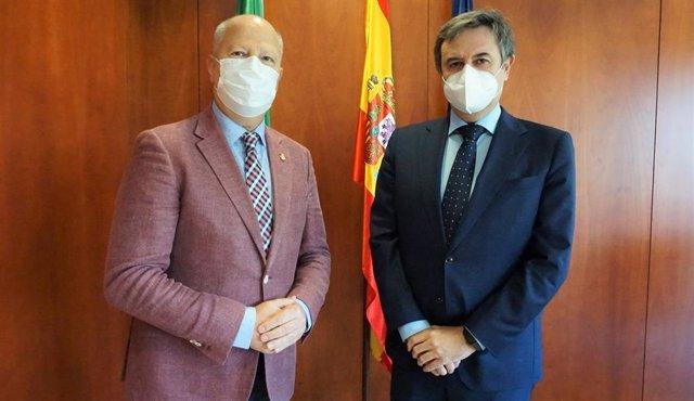 El consejero de Educación y Deporte de la Junta de Andalucía, Javier Imbroda; el director general de Endesa en Andalucía, Extremadura, Ceuta y Melilla, Rafael Sánchez Durán