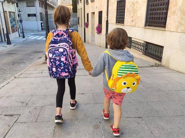 Niños que acuden al colegio en Salamanca.