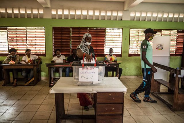 18 October 2020, Guinea, Conakry: A woman casts her vote inside a polling station during the presidential election. Photo: Sadak Souici/Le Pictorium Agency via ZUMA/dpa