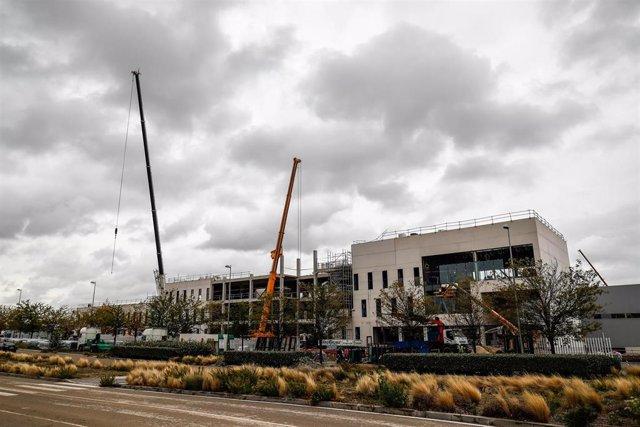 Grúas junto a las obras del nuevo Hospital de Emergencias de la Comunidad de Madrid, el Hospital Isabel Zendal, en la zona de Valdebebas, Madrid (España), a 22 de octubre de 2020.