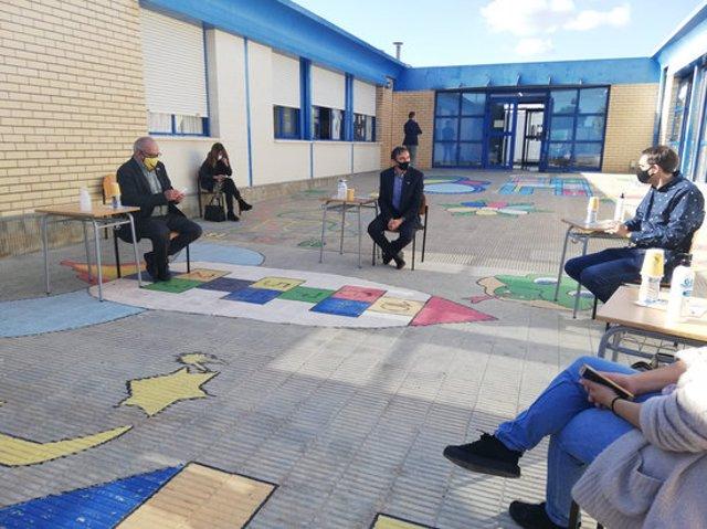 Pla general de la visita del conseller d'Educació, Josep Bargalló, a l'escola La Parellada de Santa Oliva. Foto de l'11 de novembre del 2020 (Horitzontal).