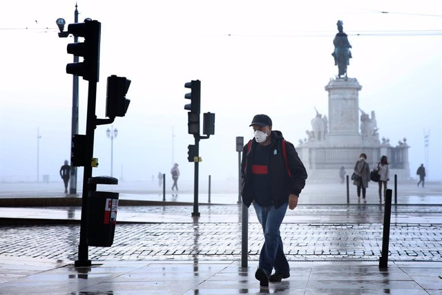 09 November 2020, Portugal, Lisbon: A man wearing a face mask walks in downtown Lisbon. Portugal returned to the state of emergency until 23 November amid the rising numbers of Coronavirus infections. Photo: Pedro Fiuza/ZUMA Wire/dpa