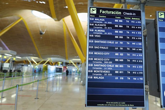 Paneles informativos de la T4 del Aeropuerto de Madrid-Barajas Adolfo Suárez durante el primer día con nuevas restricciones en la movilidad, en Madrid, (España), a 3 de octubre de 2020. La jornada ha estado marcada por las medidas de restricción del Gobie