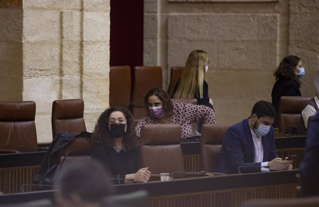 La bancada del grupo parlamentario Adelante Andalucía con los diputados, Inmaculada Nieto (i); Ángela Aguilera e Ismael Sánchez. En Sevilla (Andalucía, España), a 04 de noviembre de 2020.