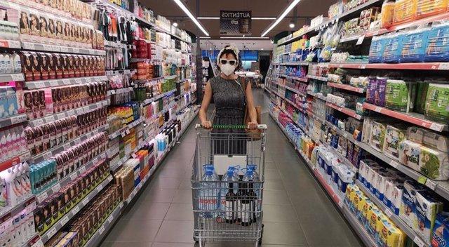 L'artista sonora Laia Torrents de Cabosanroque en una fotografia pel seu projecte. Audioguia per a supermercats en temps de pandèmia.