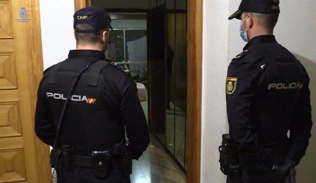 Dos agentes de la Policía Nacional en uno de los registros.