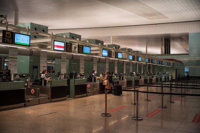 Una pasajera acude a los mostradores de las aerolíneas del Aeropuerto Josep Tarradellas Barcelona-El Prat, en Barcelona, Catalunya, (España), a 12 de septiembre de 2020. Una jornada marcada por la pandemia del coronavirus.