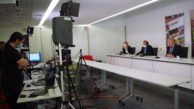 Imatge del president de la FCAC, Ramon Sarroca, amb altres membres de l'entitat, durant l'assemblea general que s'ha celebrat de forma telemàtica, l'11 de novembre del 2020. (Horitzontal)