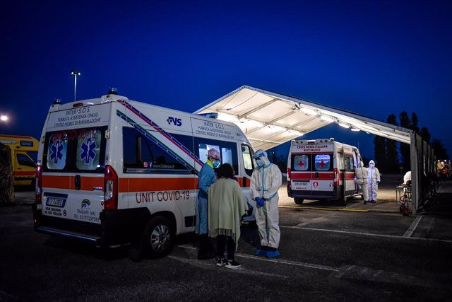 09 November 2020, Italy, Milan: Health workers speak to a woman next to ambulances during a test campaign for coronavirus (Covid-19) patients set up by the Army in Via Novara. Photo: Claudio Furlan/LaPresse via ZUMA Press/dpa