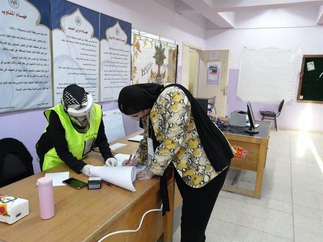 Una mujer vota durante las elecciones parlamentarias en Jordania