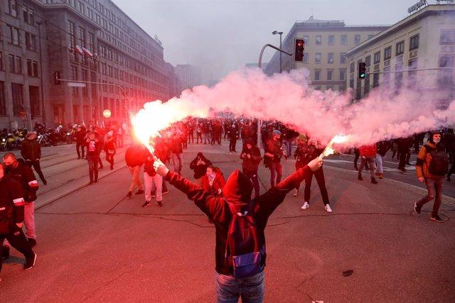 Manifestantes de ultraderecha salen a la calle en Polonia por el Día de la Independencia.