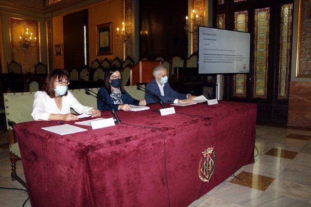 Pla mitjà on es pot veure un moment de la presentació dels pressupostos 2021 de la Paeria, amb la tinent d'alcalde Jordina Freixanet i la regidora de Finances, Montse Pifarré, l'11 de novembre de 2020. (Horitzontal)