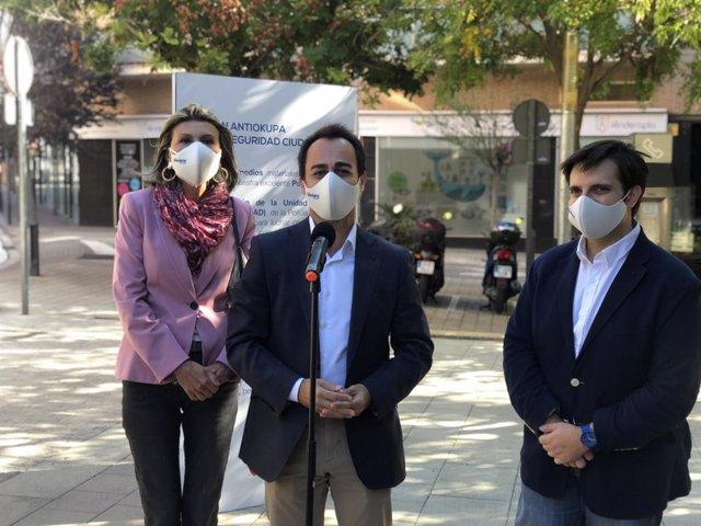 El regidor del PP a l'Ajuntament de Barcelona Óscar Ramírez, la diputada al Congrés Llanos de Luna i el regidor a l'Ajuntament d'Esplugues de Llobregat (Barcelona) Marcos Sánchez durant la presentació del pla antiocupa.