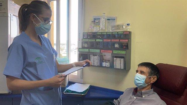 Un paciente en la Unidad de Hematología del Hospital de Linares.