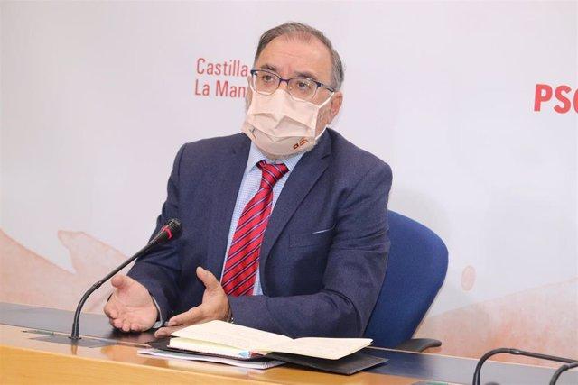 El presidente del Grupo Parlamentario Socialista, Fernando Mora, en rueda de prensa.