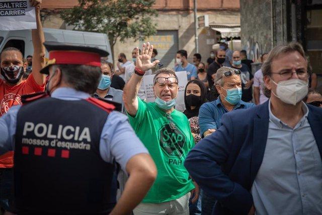 Miembros de Stop Desahucios, en la  Plaza Antonio Machado, Badalona, Barcelona, Catalunya (España), a 17 de septiembre de 2020.