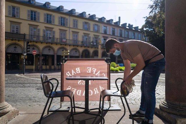 Un trabajador con mascarilla en Francia