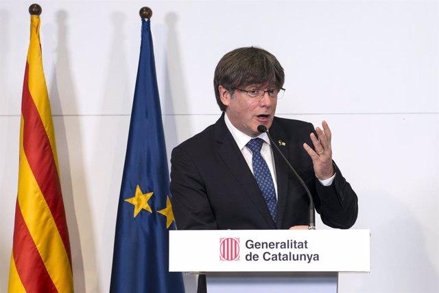 L'expresident de la Generalitat de Catalunya Carles Puidgemont -12 de gener de 2016-28 d'octubre de 2017, ofereix una roda de premsa conjunta amb els expresidents de la Generalitat, Artur Mas -27 de desembre de 2010-12 de gener de 2016-; i Quim Torra