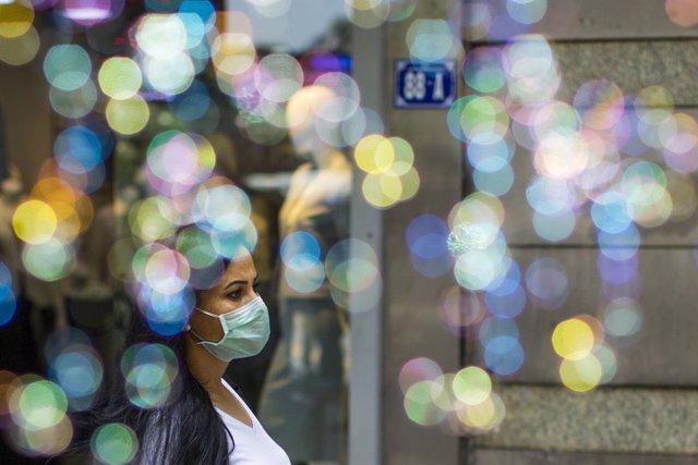 Una mujer con mascarilla en Ankara.