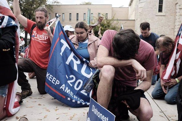 Seguidores de Trump rezan en Georgia.