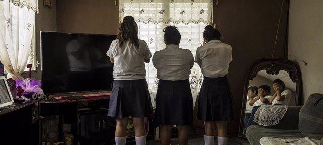 Tres chicas de Progreso, Honduras, de 13 y 14 años, son víctimas de acoso en su escuela.