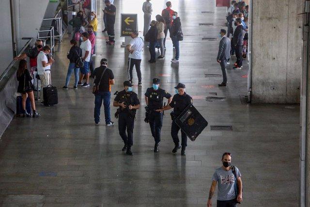 Agentes de Policía Nacional vigilan la T4 del Aeropuerto Adolfo Suárez Madrid-Barajas, en Madrid (España), a 9 de octubre de 2020. El Ministerio del Interior ha comenzado a desplegar un amplio operativo de controles policiales en Madrid y el resto de muni