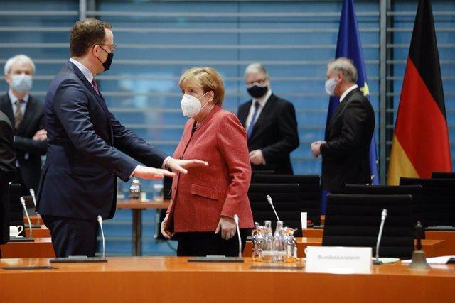 Merkel hablando con el ministro de Sanidad de Alemania, Jens Spahn, en una reunión en la Cancillería, en Berlín