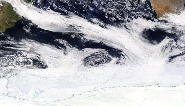 Una banda de nubes en un río atmosférico que se extiende desde América del Sur hasta la zona de hielo marino antártico el 16 de septiembre de 2017