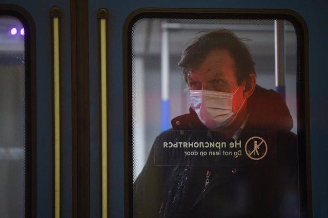 Un hombre con mascarilla en el metro de Moscú
