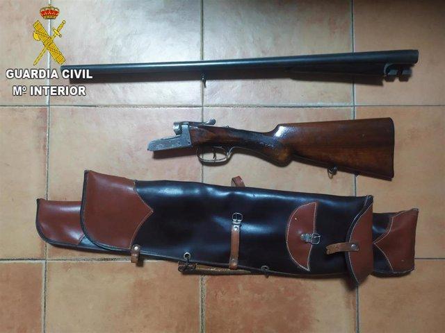 La Guardia Civil ha detenido a un hombre de 30 años de edad por un delito de conducción temeraria y otro de tenencia ilícita de armas
