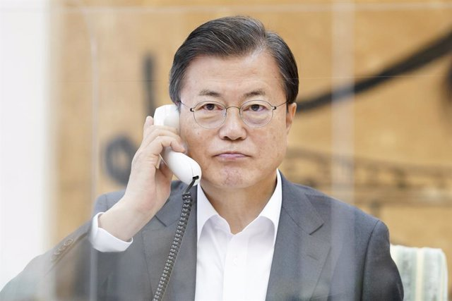 12 November 2020, South Korea, Seoul: South Korean President Moon Jae-in holds his first phone talks with US President-elect Joe Biden at Cheong Wa Dae. Photo: -/YNA/dpa