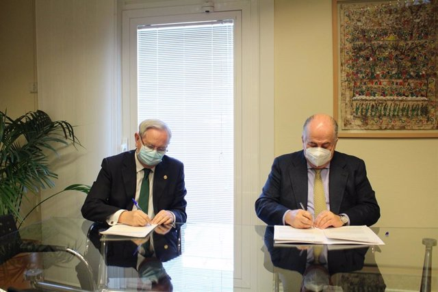 De izq a dcha: Serafín Romero, presidente del CGCOM y FFOMC; Ricardo De Lorenzo, presidente de la AEDS