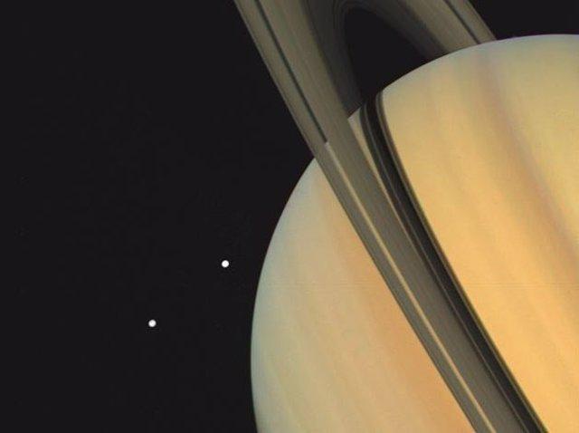 Imagen de Saturno y sus lunas Tethys y Dione tomada por Voyager 1 ek 3 de noviembre de 1980