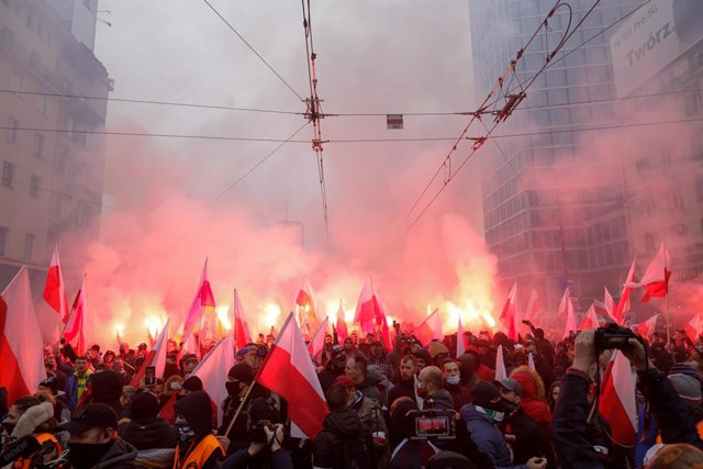 11 November 2020, Poland, Warsaw: Polish far-right supporters hold flags and light flares as they march through the centre of Warsaw to mark the country's Independence Day, which held under the slogan 'Our civilization, our principles'. Photo: Grzegorz Ba