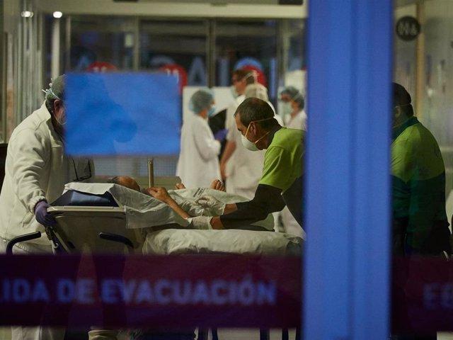 Personal sanitario del Hospital de Navarra en el Servicio de Urgencias atiende a un paciente en camilla durante la cuarta semana de confinamiento por el Estado de Alarma decretado por el Gobierno de España con motivo del coronavirus, COVID-19. En Pamplona