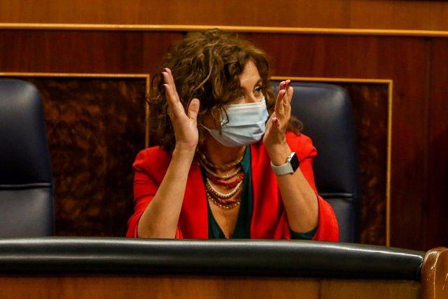 La portavoz del Gobierno y ministra de Hacienda, María Jesús Montero, aplaude durante una sesión plenaria en el Congreso de los Diputados, en Madrid (España), a 20 de octubre de 2020. El pleno del Congreso debate hoy la necesidad extraordinaria de suspend