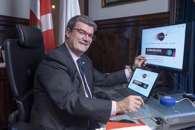 El alcalde de Bilbao, Juan María Aburto, se inscribe en Euskaraldia
