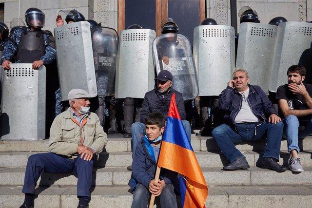Manifestación en Ereván contra el acuerdo de alto el fuego en Nagorno Karabaj