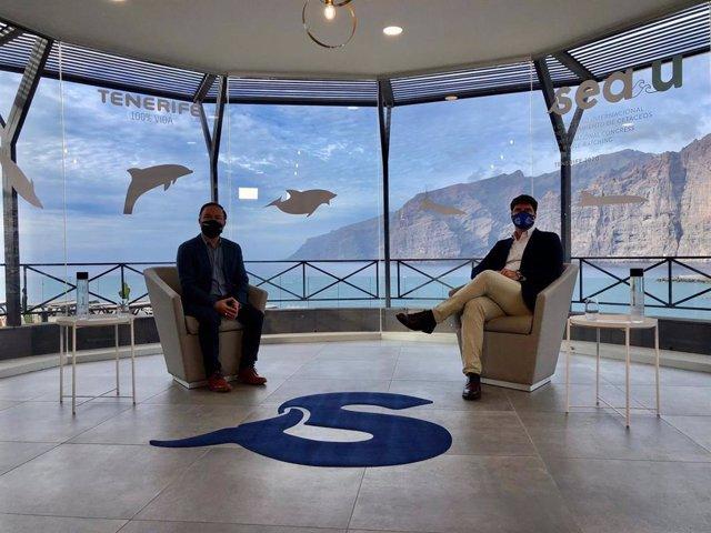 El consejero de Turismo del Cabildo de Tenerife, José Gregorio Martín, y el alcalde de Santiago del Teide, Emilio Navarro, en el congreso internacional de avistamiento de cetáceos