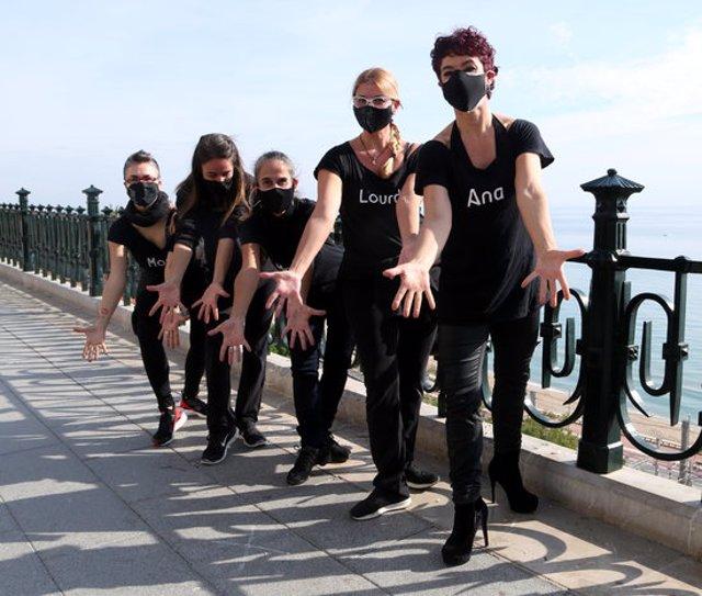 Pla conjunt d'un grup de dones ballant en la protesta per reclamar la reobertura de les escoles de dansa al Balcó del Mediterrani de Tarragona. Imatge del 12 de novembre del 2020 (Horitzontal).