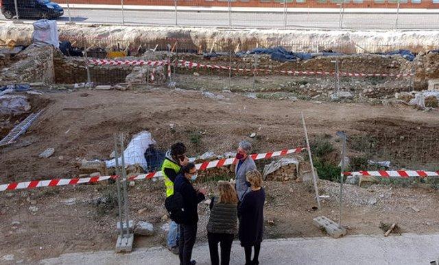 Pla general picat de l'alcaldessa de Tortosa, Meritxell Roigé, el tinent d'alcalde, Enric Roig, i el responsable del projecte i director de l'obra, Josep Camps, visitant l'obra. Imatge del 12 de novembre del 2020 (horitzontal)