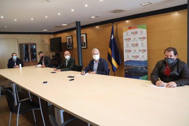 Pla general del moment de la signatura del manifest entre l'alcalde de Salou, Pere Granados, i representants de les associacions empresarials del municipi. Foto del 12 de novembre del 2020 (Horitzontal).