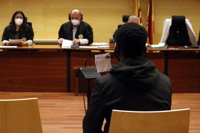 L'acusat, d'esquenes, durant el judici que s'ha celebrat aquest 12 de novembre del 2020 a la Secció Tercera de l'Audiència de Girona. Pla mig (Horitzontal)