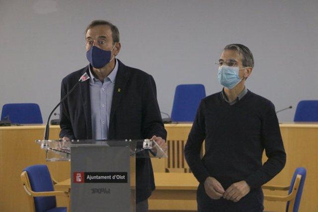 L'alcalde d'Olot, Pep Berga, i el cap de l'àrea de Territori de l'Ajuntament, Ramon Prat, durant la roda de premsa d'aquest 12 de novembre del 2020. (Horitzontal)